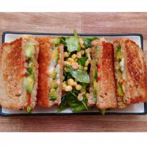 Тост со авокадо и сино сирење