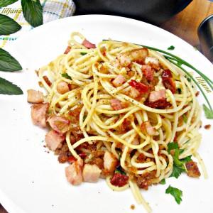 Шпагети црн леб и димена сланина