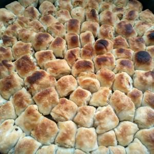 Босански мантии со прелив од лук и јогурт