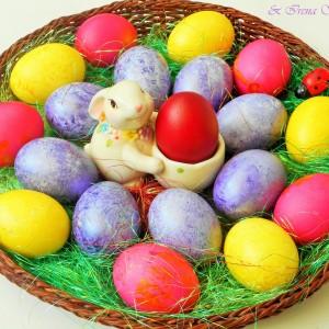 Велигденски јајца со бисерна боја