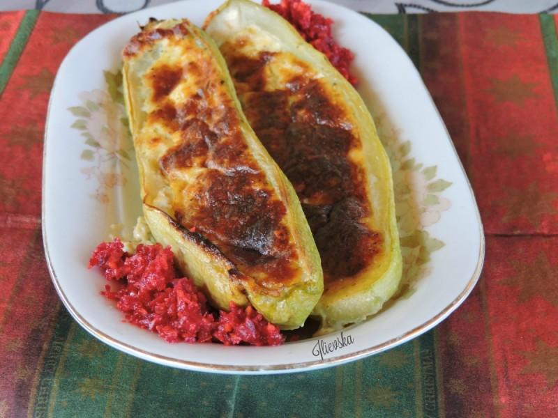 Полнети тиквици со фил од пиперка, сирење и јајце