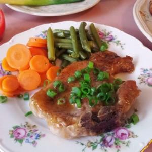 Свинско со џем од праски, вино и ѓумбир