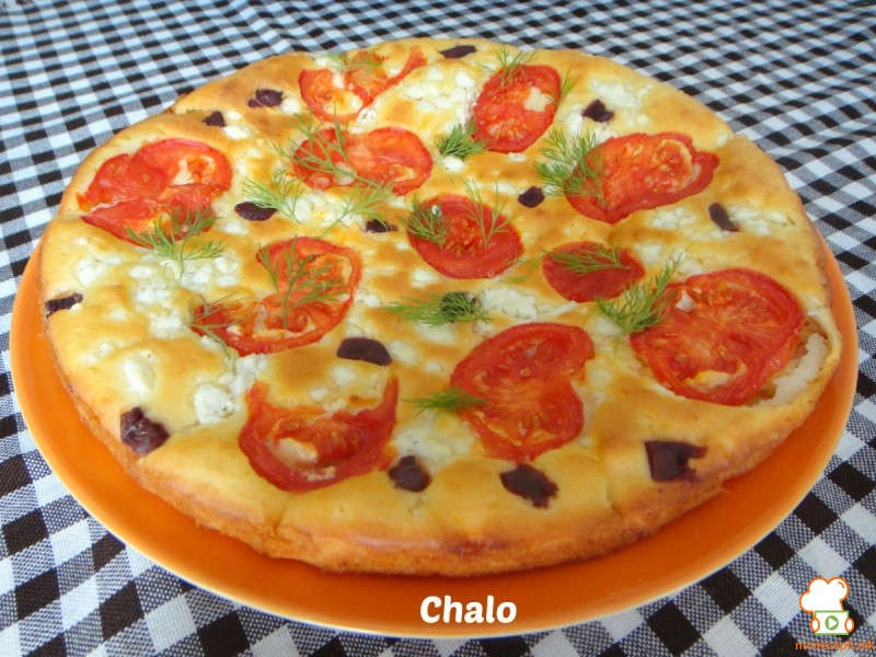 Фокача со домати, маслинки и сирење