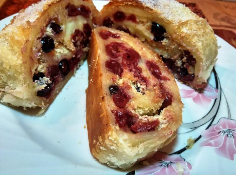 Штрудла од лиснато тесто со вишни и аронија
