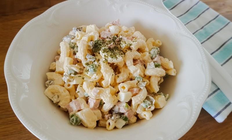 Класична салата со тестенини