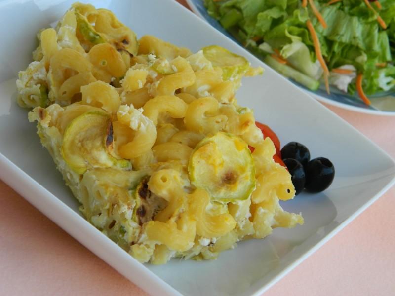 Макарони со тиквички и сирење