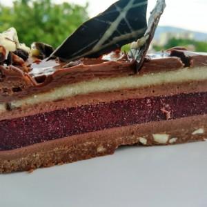 Чоколадна роденденска торта со вишни и марципан (без печење)