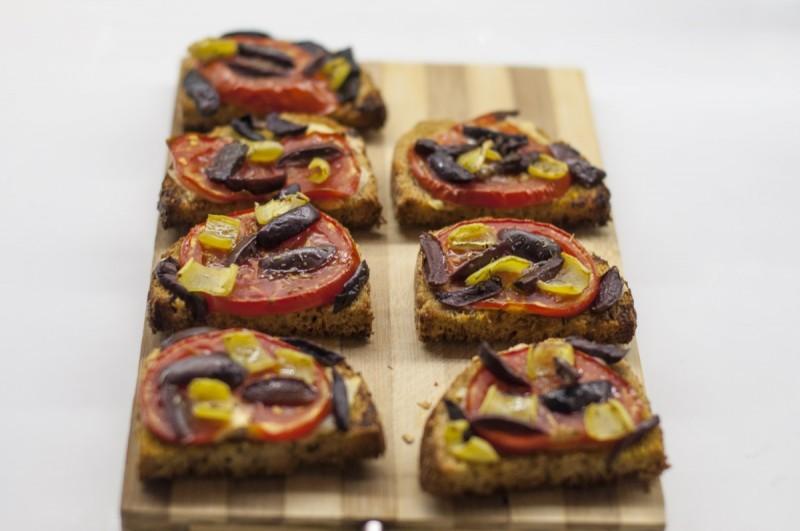 Брускети со домати, маслинки и маслиново масло