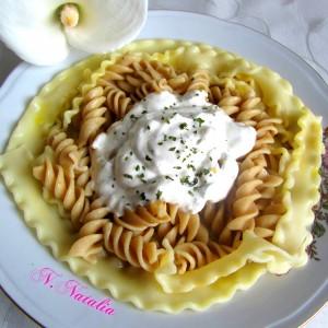 Тестенини со сос од павлака и лук