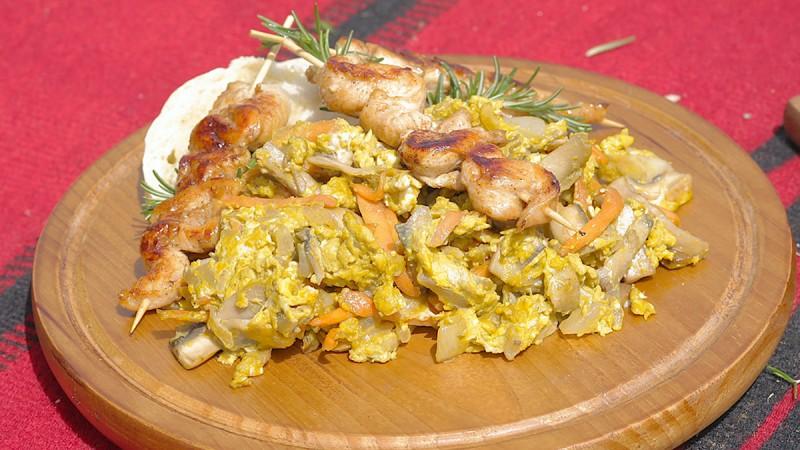 Видео рецепт: Селски појадок со јајца и пилешко