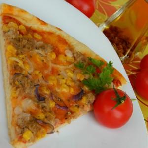 Пица со туна, пченка и кромид