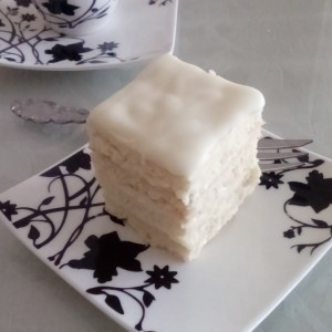 Бела пита со путер фил