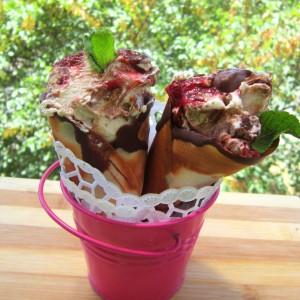 Бурбон сладолед со чоколадо и јагоди