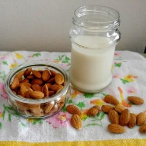 Бадемово млеко со мед, шеќер или јаворов сируп