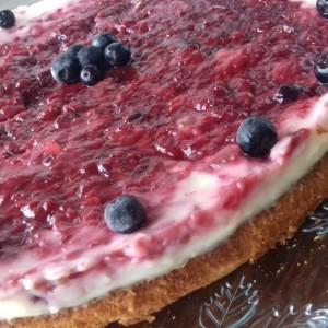 Торта со крем од ванила и шумско овошје