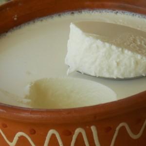 Киселење на млеко во рерна со павлака како потквас