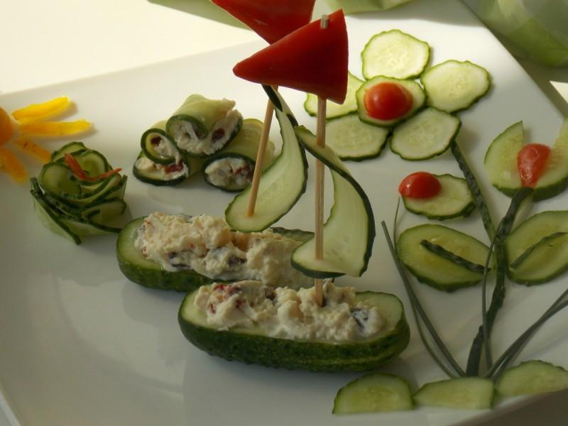 Декоративна салата со краставица - бродчиња