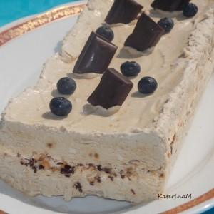 Леден кафе десерт со чоколадо и бадеми