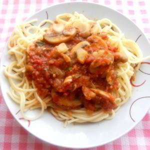 Шпагети со доматен сос и печурки