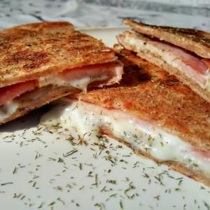Индиски тенок леб со панцета и моцарела