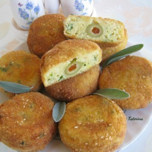 Крокети од компир и урда, полнети со зелени маслинки со пиперче