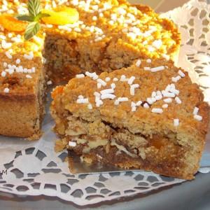 Медена интегрална пита-колач со ореви и суви кајсии