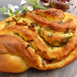 Леб полнет со лук, магдонос и сушен домат