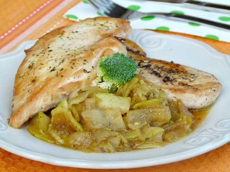 Пилешки стек со пржени тиквички