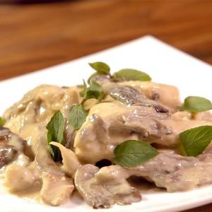 Видео рецепт: Пилешко со печурки во сос од лук