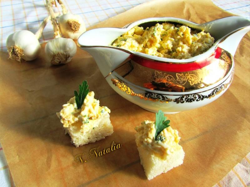 Намаз од кашкавал, јајца и лук