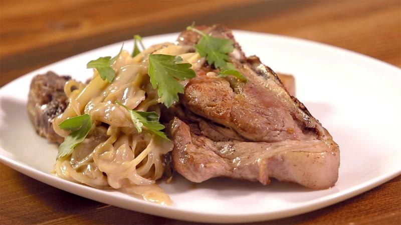 Видео рецепт: Брз ручек со свинско во сос