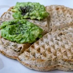 Вафли со спанаќ, лук и намаз од авокадо (хроно, посно)