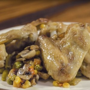 Видео рецепт: Потпечени пилешки крилца со зеленчук