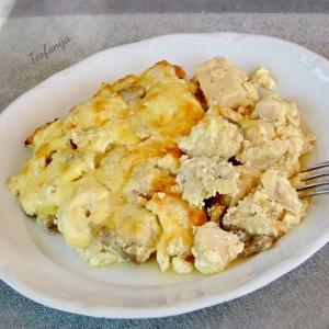 Тава со пилешко и чварки