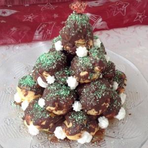 Новогодишна елка од профитероли (мали еклерчина)