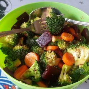 Витаминска салата со брокула и варено цвекло