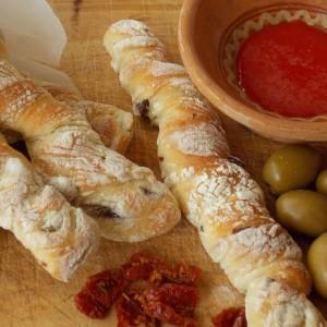 Стапчиња со маслинки и суви домати