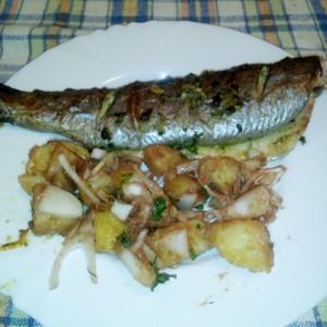 Маринирана печена пастрмка со салата од компири
