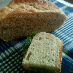 Домашен црн леб со семиња, лук и ким