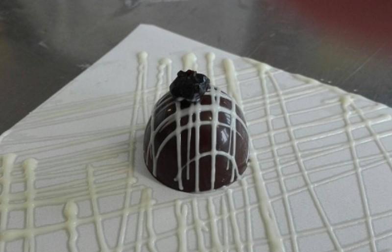 Чоколадни пралини со боровинки или овошје по вкус