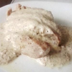 Пилешки стек со сос од павлака и сусам