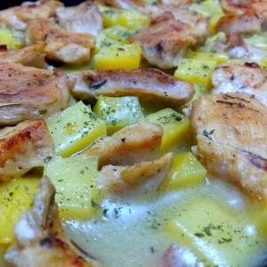 Пилешко со компири во сос