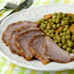 Печен свински бут со грашок гарнир