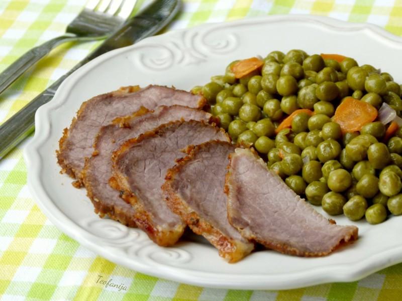 Печен свински бут со гарнир од грашок