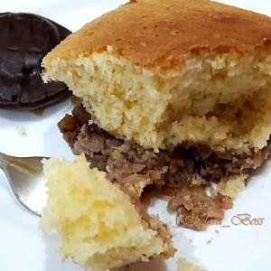 Малку поинаков кекс со јаболка, ореви и цимет