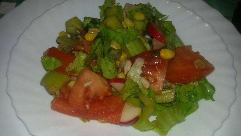 Шарена салата со сончоглед и семки од тиква