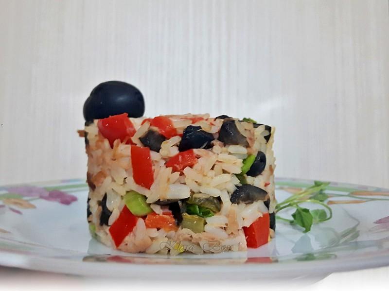Шарена салата со ориз и туна