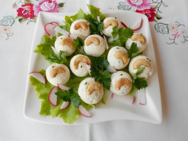 Пролетни солени бомбици од фета сирење и индиски ореви