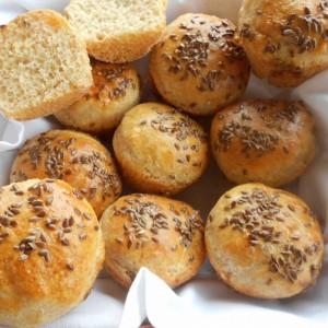 Погачици од спелтино и бело брашно со квасец