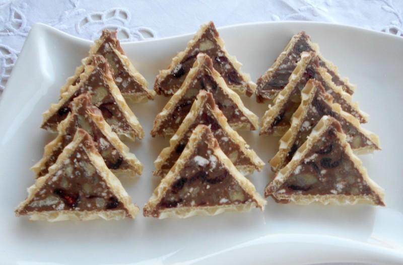 Триаголници со сува брусница и сецкани ореви
